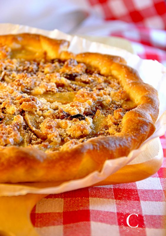 Almonds crumble pears pie
