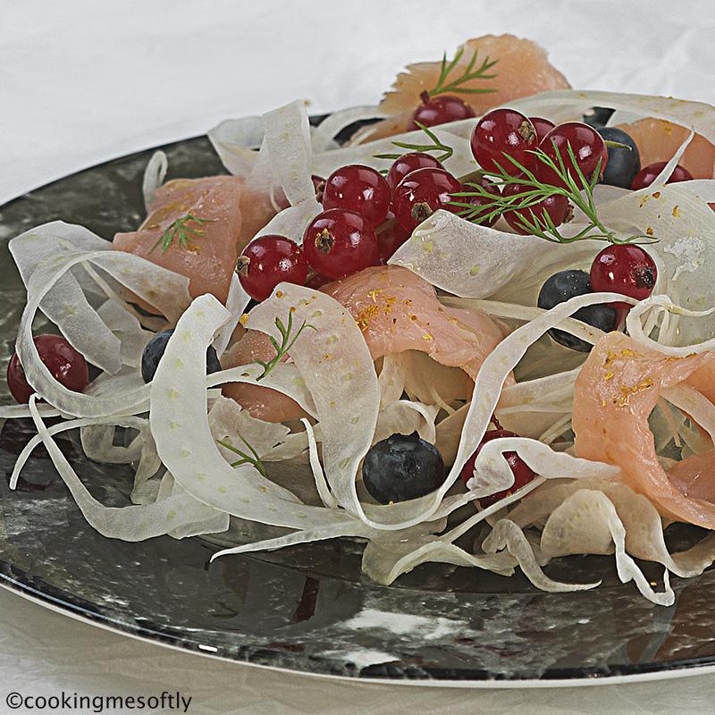 Insalata di finocchi con salmone affumicato e frutti di bosco 2