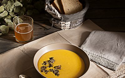 Pumpkin soup with ginger and granola
